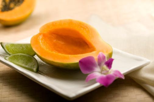 PAPAYA  Papaya meyvesi C ve E vitamini içerir. Yağlı bir cildiniz varsa aşağıdaki papaya maskesini yüzünüze uygulayarak arındırabilirsiniz.   1 rendelenmiş papaya meyvesi, 1 çay kaşığı limon suyu, 1 çay kaşığı portakal suyu, 2 çorba kaşığı balı mikserden geçirin ve karıştırın. Gözlerinize yaklaştırmamaya özen gösterin ve yüzünüze, boynunuza maskeyi yayın. 10 dakika sonra durulayın.