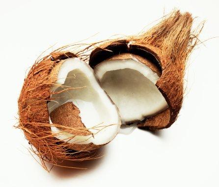 YÜZDE YÜZ YAĞLI  Hindistan cevizi meyvesinin tamamı cilt için mükemmel bir nemlendiricidir. Ayrıca hindistan cevizi yağı saçları gürleştirir. Aşağıda tarifini verdiğimiz maske egzama veya kepek gibi cilt problemlerinde faydalı olabilir.   2 çorba kaşığı hindistancevizi yağı, yarım fincan rendelenmiş havuç, 10 damla sardunya yağı, 2 damla papatya yağı, 5 damla yasemin yağı, biraz biberiye ve deniz tuzunu iyice karıştırın ve bu malzemeleri vücudunuza masaj yaparak yedirin. Saçınız içinde kullanabileceğiniz bu maskeyi 20 dakika sonra yıkayın.