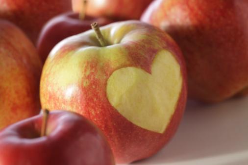 ELMA İLE STRESTEN ARININ  Şöyle rahatlatıcı bir banyo için doğal bir yardımcı: elma. Hem stresten arınmanızı sağlayacak hem de cildinizi tazeleyecek ve nemlendirecek.   1 adet doğranmış elma, 1 fincan gül yaprakları, 3 poşet papatya çayını 10 dakika boyunca kaynatın. Küveti suyla doldurun ve içine 10 dakika kaynattığınız bu malzemelerin suyunu dökün. Ayrıca artarsa bir kısmını da sabahları yüzünüzü yıkamak için kullanabilirsiniz.