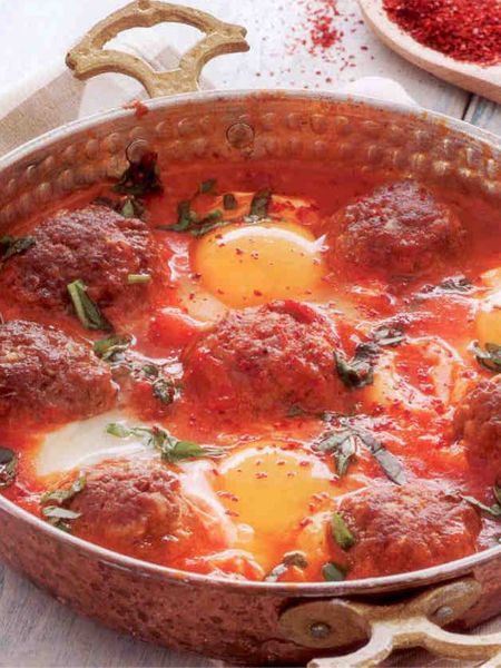 Domates soslu yumurtalı köfte  4-6 Kişilik  Gerekli Malzemeler:  Yarım kg kıyma  1 rendelenmiş soğan  2 diş dövülmüş sarımsak  2-3 dilim ufalanmış bayat ekmek  Tuz, karabiber, kırmızı pul biber, kimyon, kekik  4 yumurta  Kızartmak için ayçiçek yağı  2 su bardağı un  Domatesli sos için:  3-4 domates  2 çay kaşığı toz fesleğen  4-5 dal ince kıyılmış maydanoz  1 yemek kaşığı tereyağı  Tuz, karabiber, sarımsak tozu  Hazırlanışı:  derin bir kabın içinde kıyma, soğan, sarımsak, bayat ekmek, tuz ve baharatları iyice yoğurun. Köfte harcından ceviz büyüklüğünde parçalar koparıp elinizle yuvarlayın. Unu bir tabağa alın. Köfteleri una balayın. Kızartma tavasında yeteri kadar ayçiçeği yağını ısıtın. Köfteleri tavaya ekleyip her tarafını orta ateşte kızartıp havlu serili bir tabağa alın.   Tereyağını derin bir tavada eritin. Üzerine tavla zarı büyüklüğünde doğranmış domatesleri ekleyip yumuşayıncaya kadar soteleyin. Toz fesleğen, sarımsak tozu, karabiber ve tuzu ilave edip karıştırın. Köfteleri tavaya ilave edin. Aralarına yumurtaları kırın. Yumurtaların sarılarını az pişirin. Ocaktan almaya yakın ince kıyılmış maydanozu ilave edip ocaktan alın. Sıcak servis yapın.