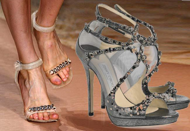 7.IŞILTILI TOPUKLAR Giysilerinizden emin değilseniz, topuklularınızdan emin olun. 90'ların önden tek bantlı yalın modellerini sevdiğimiz kadar, onların zıttı Giuseppe Zanotti'nin taşlı modellerine de bayılıyoruz. Celine'in süet bantlı siyah sandaletlerine de bayılıyoruz.
