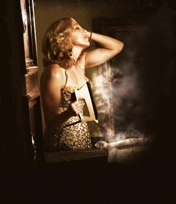 Madonna'ya çok benzer bir model fotoğrafta sıradan bir ev hanımı gibi ütü yaparken görünüyor.