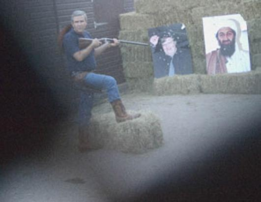 'Mahrem' isimli sergide yer alacak bu fotoğrafta George Bush'un benzeri Usama Bin Ladin'e ateş ederken görünüyor.