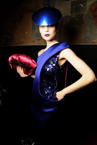 Sezonun en popüler trendleri olan bronz tene ve neon renklere sırtınızı dönüp, çok daha cool ve sofistike bir tarz benimsemek istiyorsanız;  Giorgio Armani Beauty'nin uluslar arası makyaj uzmanı Linda Cantello'nun sesine kulak verin!
