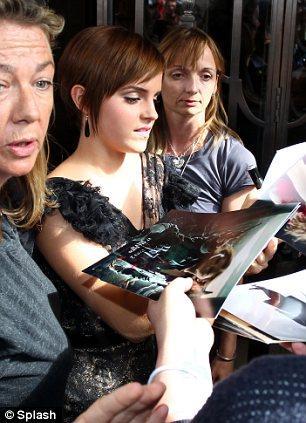 Emma'dan bir imza alabilmek için kapının önünde bekleyen hayranlarının yoğun ilgisi genç yıldıza oldukça zor anlar yaşattı.
