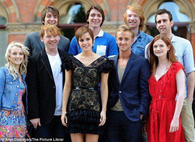 Harry Potter serisinin son filmi Ölüm Yadigarları 2'nin prömiyerinden birkaç saat önce, filmin yıldızları bir fotoğraf çekimi için bir araya geldi. Bu karede filmin genç oyuncularını görüyorsunuz.