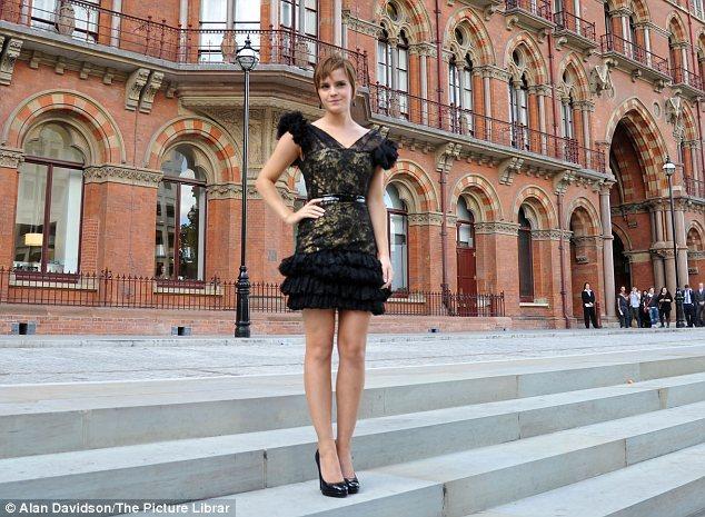 Emma Watson St Pancras Hotel'in önünde kameralara poz veriyor.