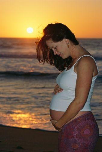 İnce giysiler ve iç çamaşırları tercih edin  Gebeler yaz mevsiminde kıyafetlerine de dikkat etmelidirler. Çünkü hamilelerde mantar enfeksiyonuna yatkınlık mevcuttur. Cildin nefes almasını sağlayacak ince, pamuklu giysiler ve iç çamaşırları, cilt ve genital bölge mantar enfeksiyonlarının olmasını önleyecektir.