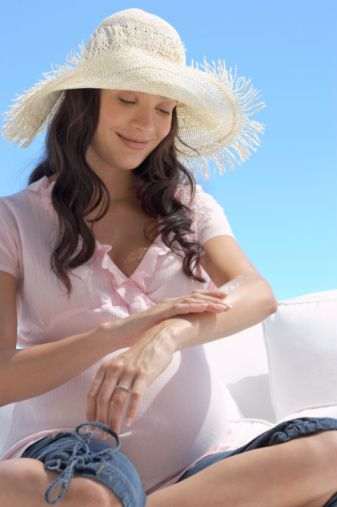"""Gebelik maskesinden korunmak için güneş kremi kullanın  Hamilelerin yüzlerinde  """"gebelik  maskesi""""  veya  ciltlerinde  lekeler, izler  olabilir. Yaz  mevsiminde  güneşin  etkisi  ile  bu  izler  daha da  artar. Hem  bu  riski, hem de  güneşin  zararlı  etkilerini  en aza  indirmek  için  50+  faktörlü  güneş  kremleri  kullanılmalıdır. Bu  kremler  güneşe  çıkılmayacak  olsa  bile  cilde  uygulanmalıdır."""