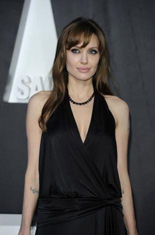 Angelina Jolie  Geçen yıl 30 Milyon dolar kazandı.   Angelina Jolie sadece kendisi kazanmıyor. Yapımcılara da kazandırıyor. Yıldızın başrol üstlendiği Salt adlı film 300 milyon dolar getirdi.