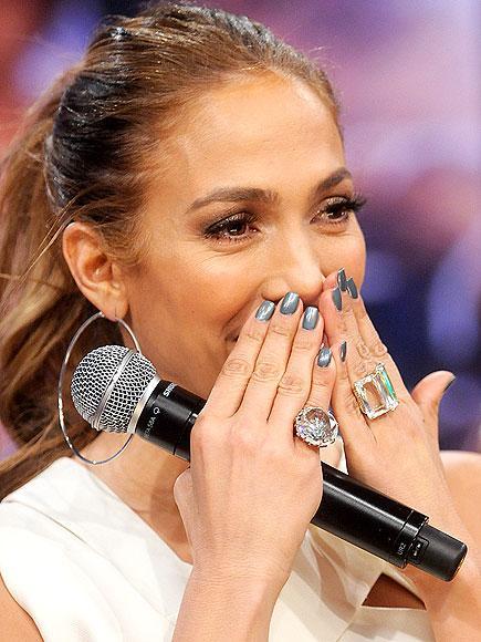 Metal bir görünüm  Silah gibi tırnaklar diye bir deyimi daha önce duymadıysanız, Jennifer Lopez'in bu ojelerinden sonra mutlaka duyacaksınız.