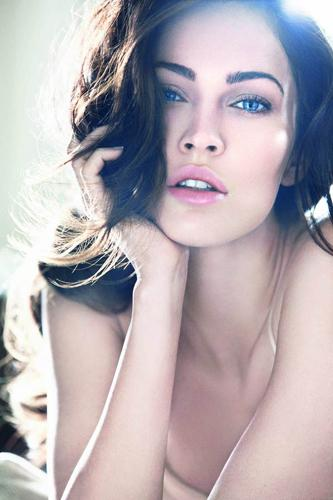 Megan Fox'un Giorgio Armani'nin bahar 2011 makyaj koleksiyonunun tanıtım yüzü oldu. İlk resimler Armani'nin web sayfasında yayınlandı.