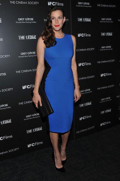 Liv Tyler Haziran ayında katıldığı bir davette siyah şeritli bu mavi Stella McCartney elbiseyi tercih etmişti.