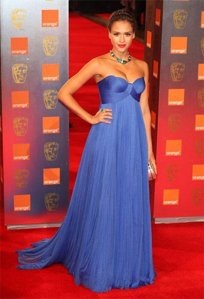Mavi Jessica Alba'ya çok yakışıyor. Bu straplez elbise Bafta Ödül Töreni'nin en şıklarından biriydi.