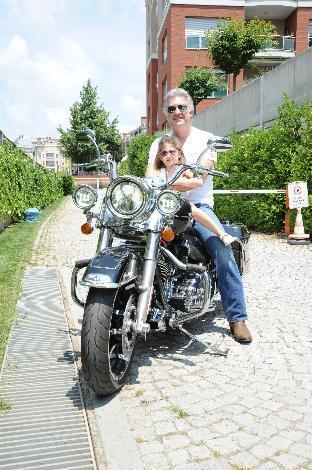 Quality of Magazine dergisi, Tamer Karadağlı'yı 5 yaşındaki kızı Zeyno ve tutkunu olduğu Harvey Davidson motosikleti ile objektif karşısına geçirdi.