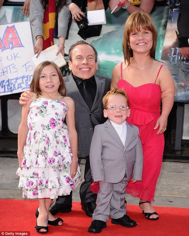 Warwick Davis ve ailesi