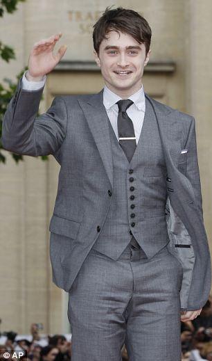Harry kırmızı halıda yürürken, onlarca hayranının tezahüratlarına el sallayarak karşılık verdi.