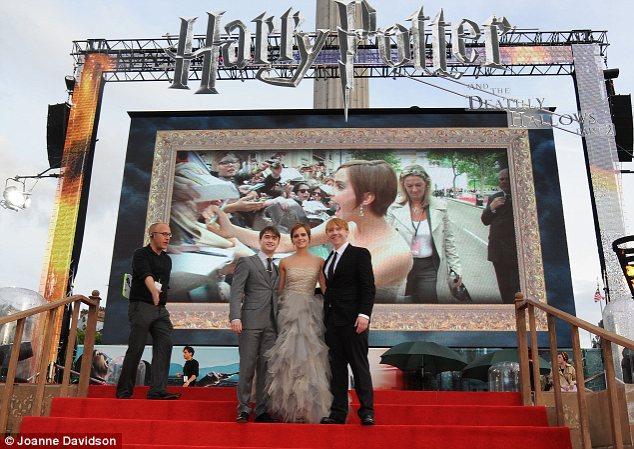 Filmin üç ana karakterini oynayan Rupert Gtinr, Emma Watson ve Daniel Radcliffe kameralara poz veriyor.