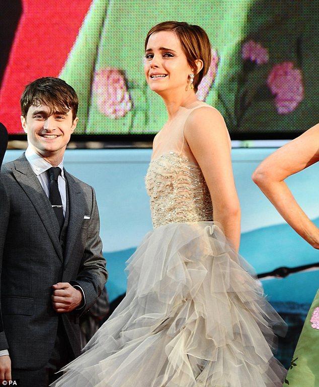 Rol arkadaşları film hakkında konuşurken, Emma gözyaşlarına engel olamadı.