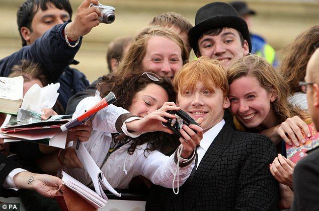 Rupert kendisiyle fotoğraf çektirmek isteyen hayranlarını da kırmadı.