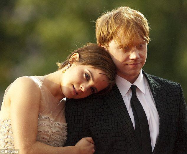 İki rol arkadaşı Emma ve Rupert, hüzünlü gözlerle etrafı süzüyorlardı.