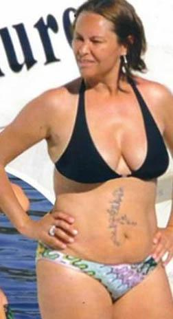 Bu ilginç görüntüyü verdikten bir yıl sonra da bu kez bikiniyle denize girerken görüntülendi Avşar.