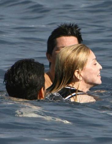 Madonna da bir süredir denize ilginç kıyafetlerle giriyor.