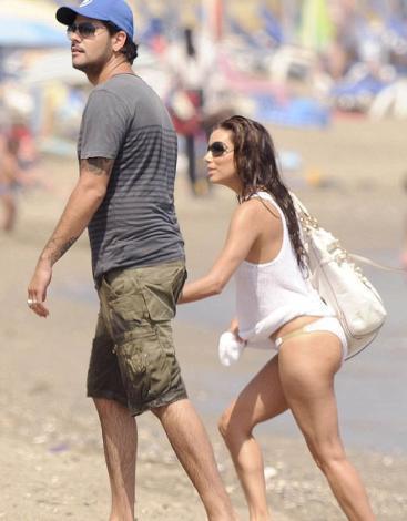 Eva Longoria ise plajda bile şıklığından taviz vermiyor.