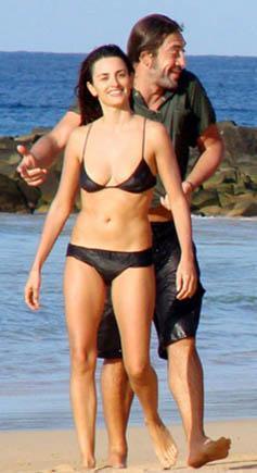 Ünlü aktör Javier Bardem de kimi zaman uzun mayosu ve tişörtüyle denize atlayıveriyor.