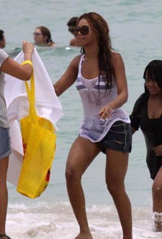 Ünlü şarkıcı Beyonce denize şortunu ve tişörtünü çıkarmadan girince söylenti çarkları da dönmeye başladı.