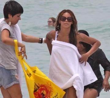Sebep ne olursa olsun ünlü şarkıcı deniz keyfinden mahrum kalmadı.  (Hürriyet)