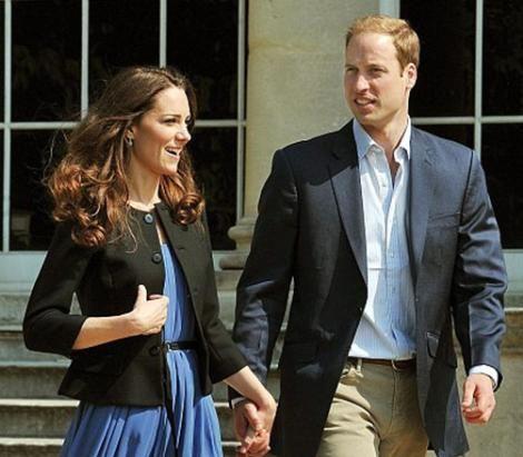 Yılın düğününün kahramanları Kate Middleton ile Prens William da balayına çıkmak için bir süre beklediler.   Yeni unvanlarıyla Dük William ve eşi Düşes Catherine düğünden sonraki sabah Buckhingham Sarayı'nın bahçesine çıkıp kendilerini bekleyen helikoptere bindiler ve sadece hafta sonu sürecek kısa bir kaçamak için bilinmeyen bir yere gittiler. Daha sonra da çok özel güvenlik önlemleri altında Seyşel adalarında balayı yaptılar.