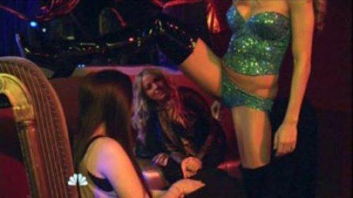 """Geçtiğimiz yıl Robbie Williams ile evlenen Türk asıllı oyuncu Ayda Field, """"Love Bites"""" adlı Amerikan dizisinde bir striptizciyi canlandırdı."""