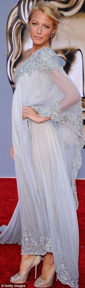 Blake Lively Chanel'in yüzü olmasına rağmen bu davete Chanel değil de Marchesa giyiyordu.