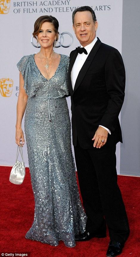 Tom Hanks kırmızı halıda eşi Rita Wilson ile poz verdi. Wilson'ın elbisesi Nicole Kidman'ınki gibi Elie Saab tasarımıydı ve birbirlerine çok benziyorlardı.