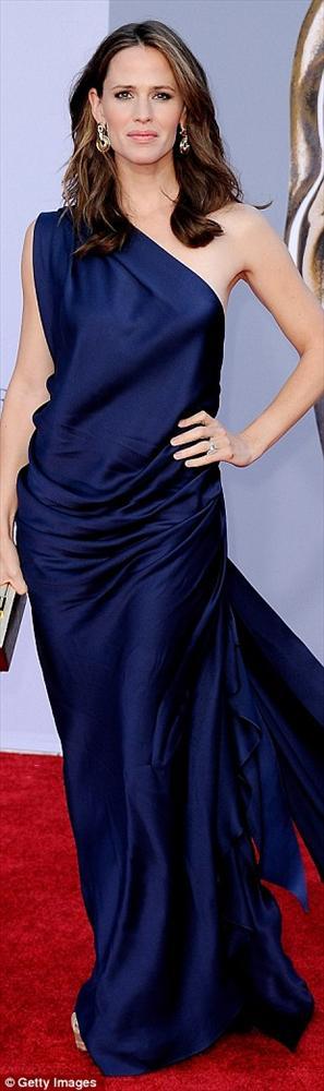 Jennifer Garner ise tek omuzlu bir Elie Saab tercih etmişti.