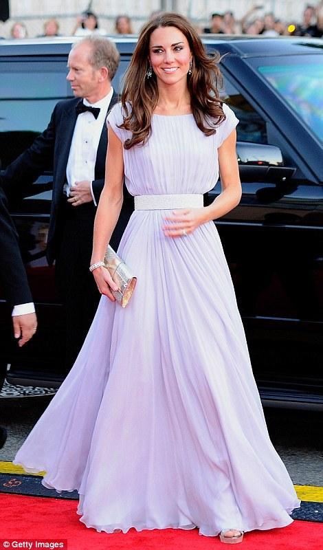 Kate Middleton, galaya uçuk mavi, uzun bir tuvaletle katıldı.