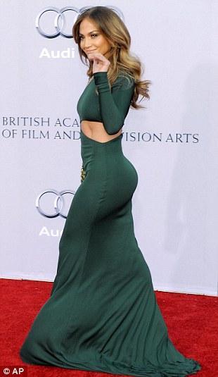 Ünlü aktris ve şarkıcı yeşil, vücudunu sıkıca saran bir Emilio Pucci giymişti.