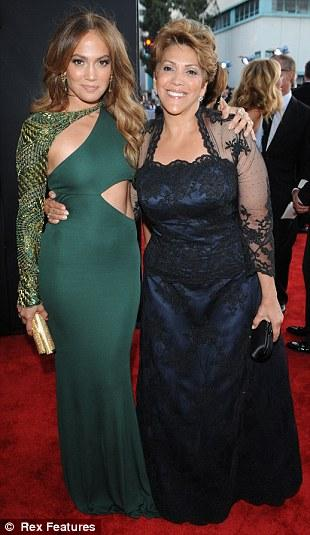 Jennifer Lopez galaya annesiyle birlikte katıldı.
