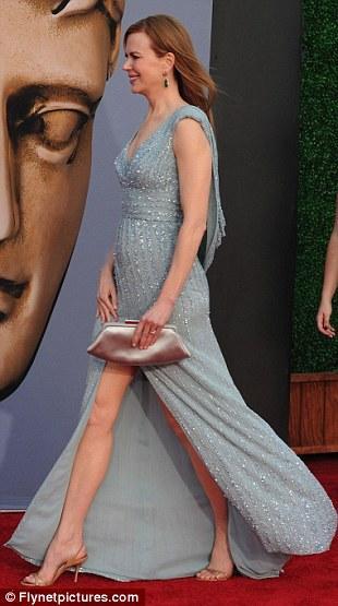 Avustralyalı aktris Nicole Kidman da geceye Kate Middleton ile aynı tonlarda bir elbiseyle katıldı.
