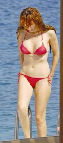 Baceoğlu kırmızı bikinisi ve düzgün fiziğiyle beğeni topladı.