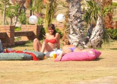 Aktör Okan Yalabık ile evlilik hazırlıkları yapan Soral bir grup arkadaşıyla birlikte tatil yapıyor.