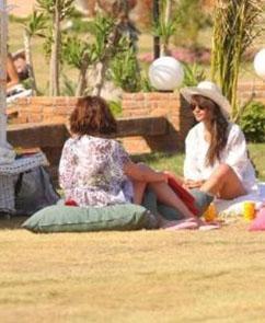 Gazetecilerin kendisini bikiniyle görüntülemesinden rahatsız olan Soral, hemen üzerine plaj elbisesini giydi.