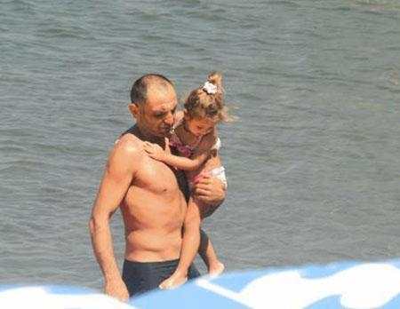 """Kurtlar Vadisi"""" dizisinin Memati'si Gürkan Uygun, eşi ve kızıyla Bodrum tatilinde. Bitez'deki Sarnıç Beach'ten denize giren aile, mutlu bir tablo çizdi."""