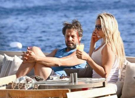 Bora Gencer, iki yıl önce evlendiği Hülya Yaman'la Bodrum tatilinde objektife takıldı. Eşi ile Türkbükü'nde yürüyüş yapıp alışveriş yapan Gencer, sıcak havadan bunalıp Maki Otel'de eşi ile soğuk bir şeyler içti.