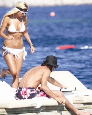 Beşiktaş'ın file bekçisi Rüştü Reçber ve eşi Işıl Reçber de Bodrum tatilcileri arasına karıştı.