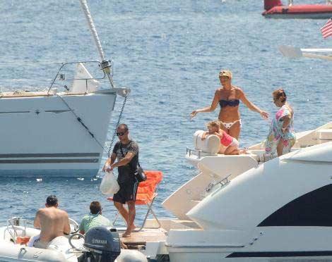 Sezonun neredeyse tamamını bu popüler tatil beldesinde geçiren ikili, önceki gün kızları Su ve Altuğ'un teyzesiyle beraber yeni teknelerindeydi.