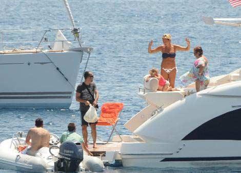Pınar Atacan-Yağmur Atacan çifti, Türkbükü'ndeki yazlıktan sonra şimdi de aldıkları tekne ile Bodrum'un keyfini çıkarıyor.