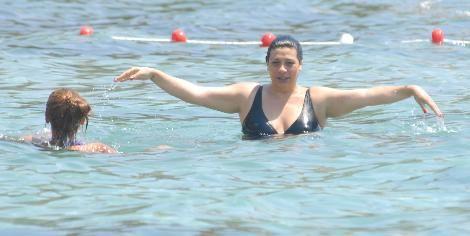 Geçen ay nikah masasına oturan Işın Karaca-Sedat Doğan çifti de sonunda Bodrum tatilcilerinin arasına karıştı. ıkili önceki gün Akyarlar'daki Camelot Otel'in plajında görüntülendi. Yakın arkadaşı Demet Akalın'la denize girip bol bol yüzen Karaca, su içinde hamilelik egzersizleri yapmayı da ihmal etmedi.