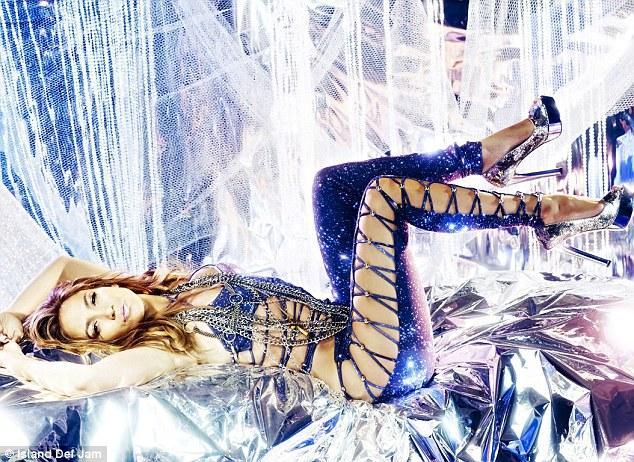 J Lo yeni single'ı (What's) Love'un tanıtımları için bu fotoğrafları çektirdi.